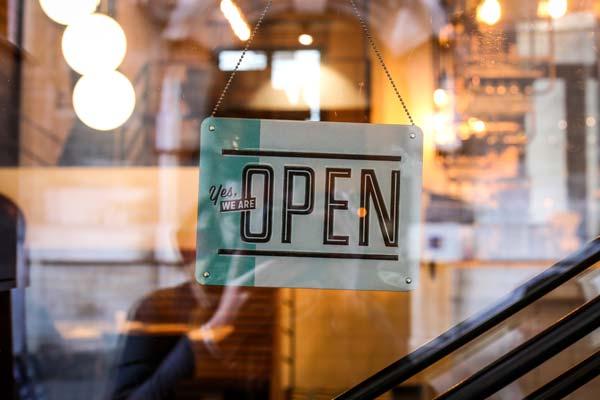 飲食店の「OPEN」看板の写真
